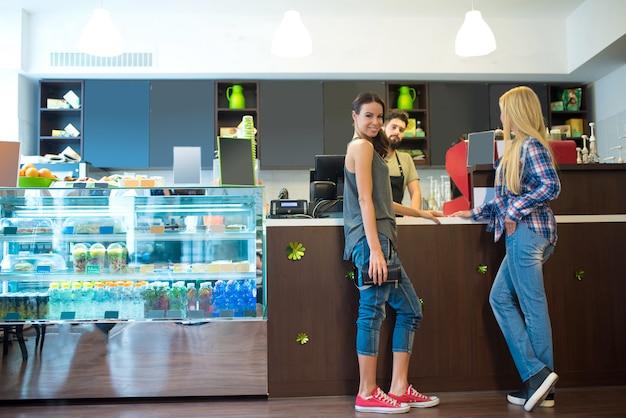 Klanten in een koffieshop