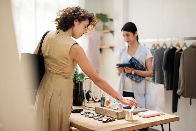 Klanten kiezen dingen in een kledingswinkel