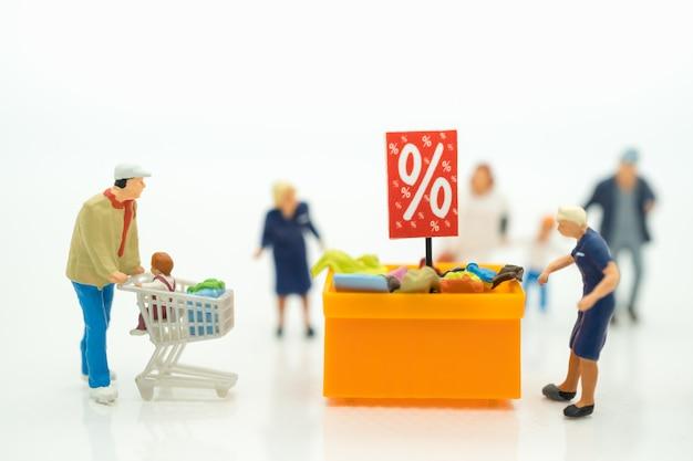 Klanten met kortingsdienblad voor het winkelen scherp geprijsde punten