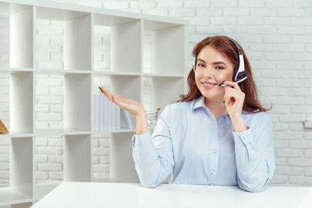 Klantenondersteuningsexploitant die in een call centerkantoor werkt