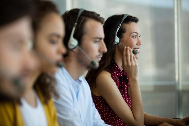 Klantenservice leidinggevenden werken op kantoor