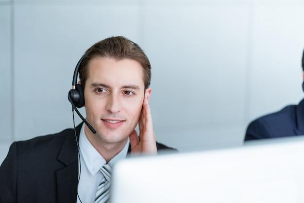 Klantenservice man met hoofdtelefoon praten met klant op callcenter kantoor
