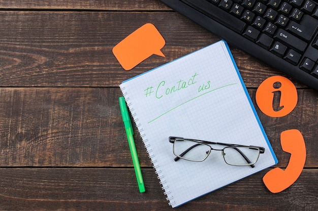 Klantenservice. neem contact met ons op voor feedback. bureaublad met notitieblok en bril en verschillende feedbackpictogrammen. bovenaanzicht