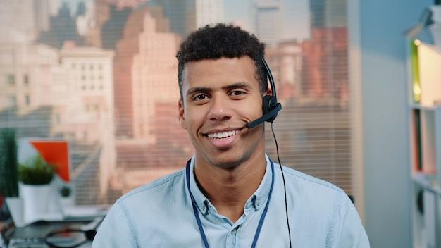 Klantenservice-operator met gemengd ras in gesprek met klant in callcenter.