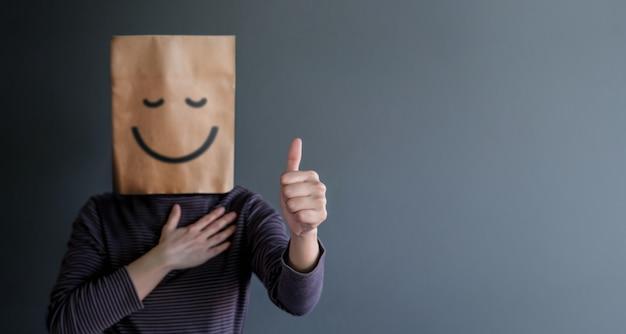 Klantervaring of menselijk emotioneel concept. vrouw bedekt haar gezicht en presenteert happy f