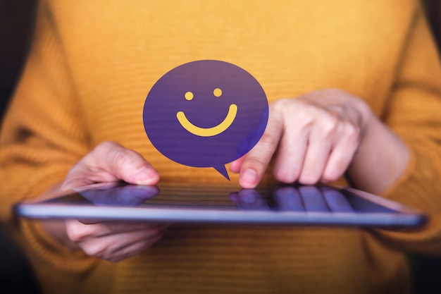 Klantervaringen concept. tevreden klant die digitale tablet gebruikt voor het verzenden van een positieve beoordeling. satisfaction online survey