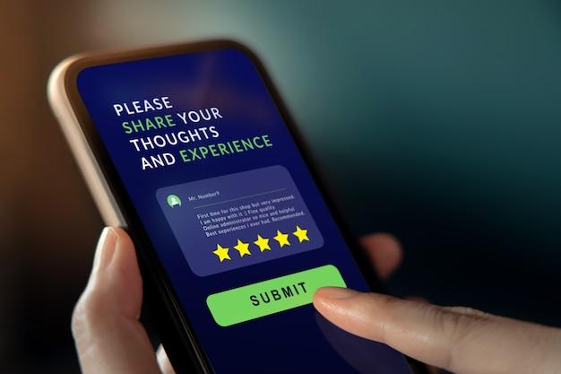 Klantervaringen concept. vrouw met behulp van mobiele telefoon om feedback te geven via internet.
