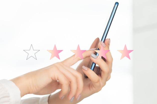 Klantervaringsconcept, een mobiele telefoon gebruiken om de service van een verkoper te evalueren met een sterbeoordeling