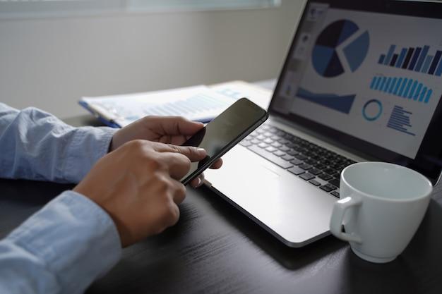 Klantmarketing verkoop dashboard grafiekconcept business man verkoop verhoog omzetaandelen