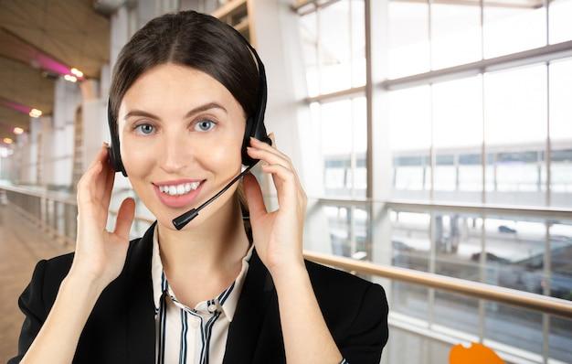 Klantondersteuning telefoon operator in headset, met lege copyspace gebied voor slogan of sms-bericht
