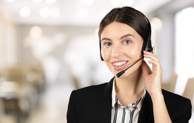 Klantondersteuning telefoonexploitant met hoofdtelefoon