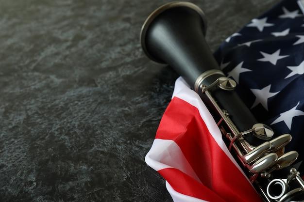 Klarinet en amerikaanse vlag op zwarte rokerige achtergrond