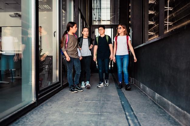 Klasgenoten gaan naar de school