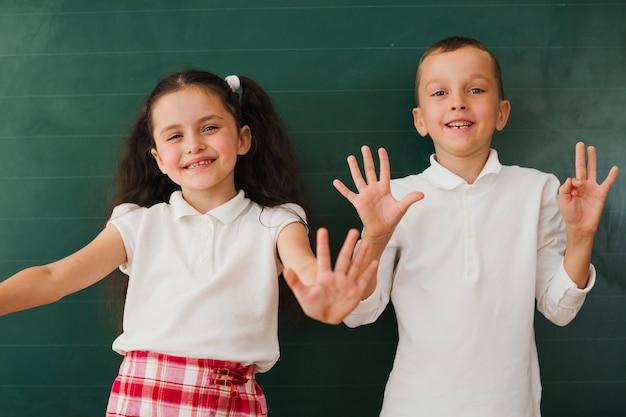 Klasgenoten hebben plezier op schoolbord