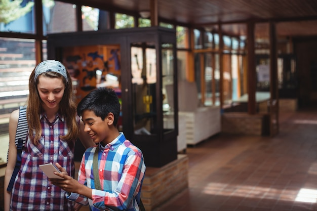 Klasgenoten met behulp van mobiele telefoon in gang op school