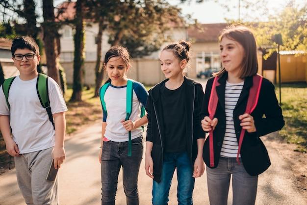 Klasgenoten op weg naar school