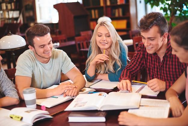 Klasgenoten samen studeren in de bibliotheek