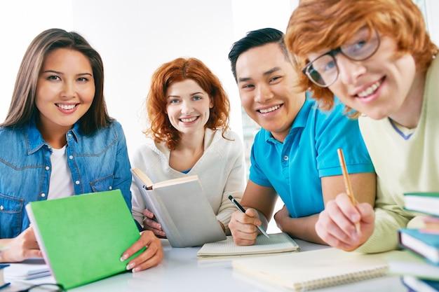 Klasgenoten studeren voor het examen