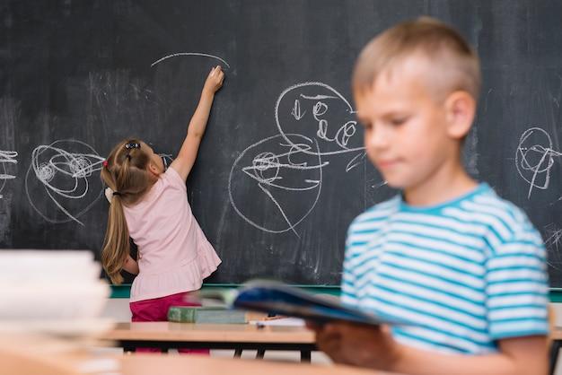 Klasgenoten tekenen en lezen