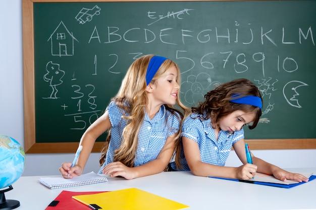 Klaslokaal met twee jonge geitjesstudenten die test bedriegen