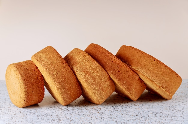 Klassiek biscuitgebak voor het maken van laag bruidstaart
