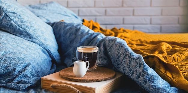 Klassiek blauw beddengoed met een dienblad met koffie en melkkan.