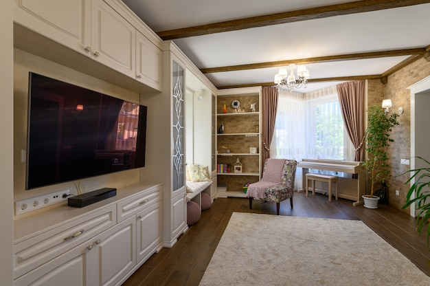 Klassiek bruin en wit woonkamerinterieur met hardhouten vloer en grote ramen
