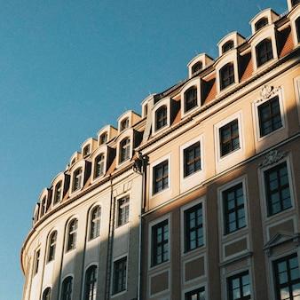 Klassiek europees appartementengebouw onder de blauwe lucht