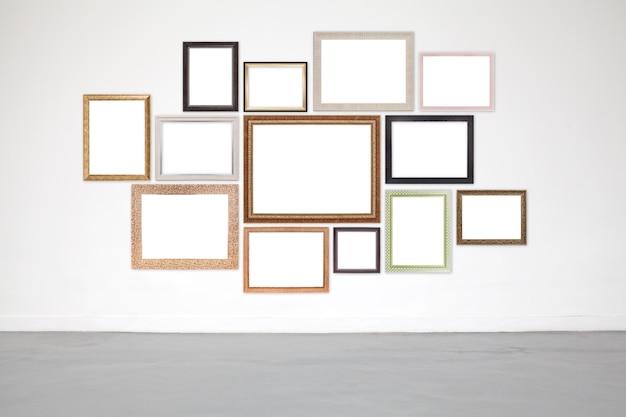 Klassiek frame op witte cementmuur in showroom en galerij.