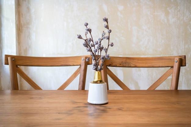 Klassiek houten meubilair in koffiebar