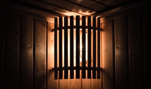 Klassiek licht achterste houten rek in saunaruimte