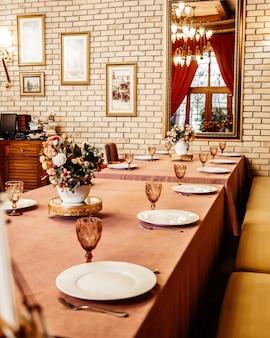 Klassiek luxe restaurant met tafels en stoelen