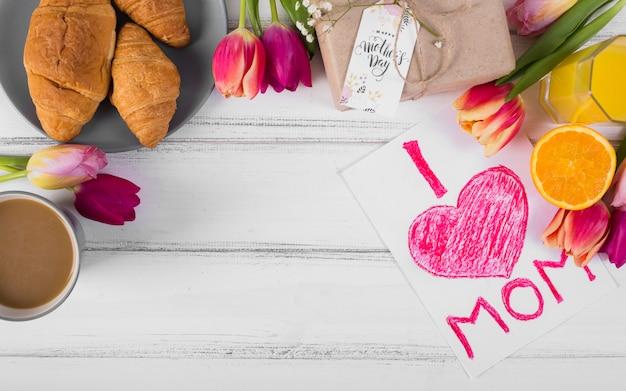 Klassiek ontbijt en de prentbriefkaar van de moeder` s dag met tulpen