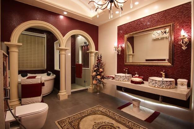 Klassiek ontworpen wasruimte met bad