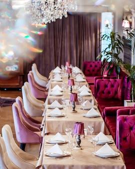 Klassiek restaurant in luxe stijl met tafels en stoelen