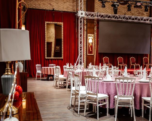 Klassiek restaurant met rode gordijnen en podium