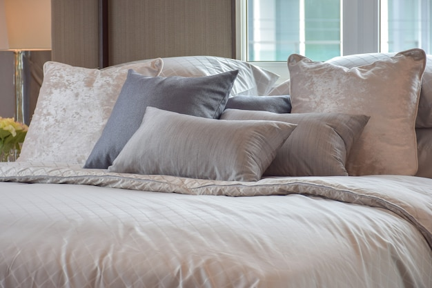 Klassiek slaapkamerbinnenland met hoofdkussens en lezingslamp op bedlijst