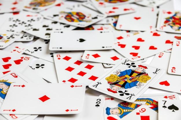 Klassiek speelkaartspel dat op een tafel is neergelegd. witte achtergrond