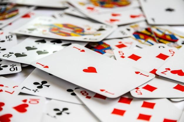 Klassiek speelkaartspel dat op een tafel is neergelegd