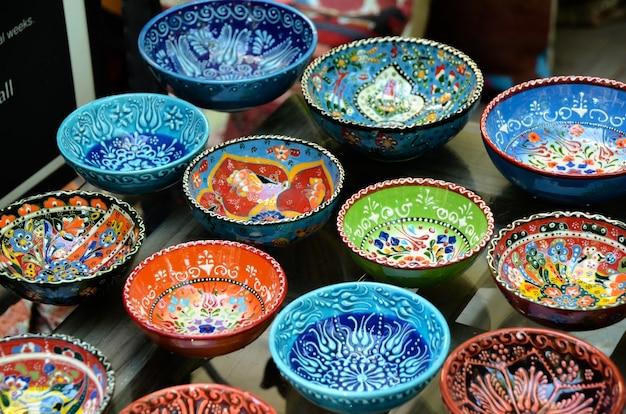 Klassiek turks keramiek op de markt.