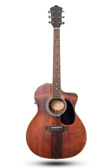 Klassieke akoestische gitaar geïsoleerd op een witte achtergrond met uitknippad