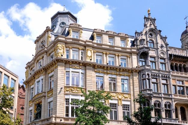 Klassieke architectuurgebouwen in antwerpen, belgië
