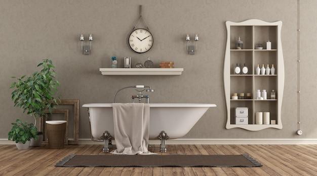 Klassieke badkamer met ligbad en nis met voorwerpen