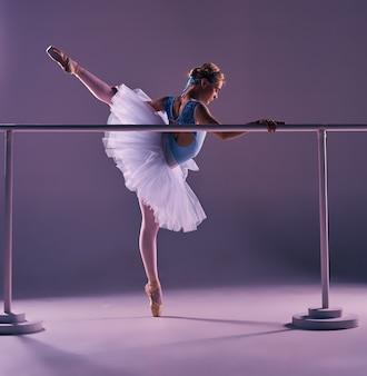 Klassieke ballerina poseren op ballet barre