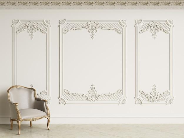 Klassieke barok fauteuil in klassiek interieur. muren met lijstwerk en versierde kroonlijst. marmeren vloer. 3d-rendering