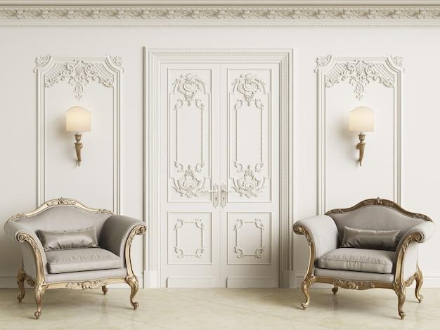 Klassieke barokke fauteuils in een klassiek interieur. muren met lijstwerk en versierde kroonlijst. marmeren vloer. 3d-rendering