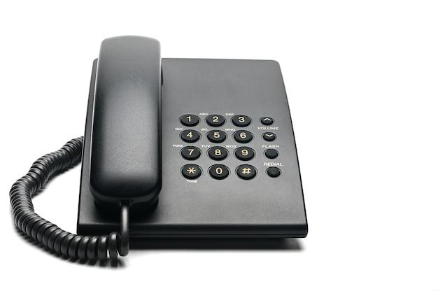 Klassieke bedrade telefoon die thuis en in kantoren op een wit wordt gebruikt.