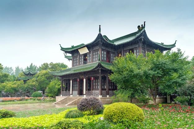 Klassieke binnenplaats in de regen, yangzhou, china.