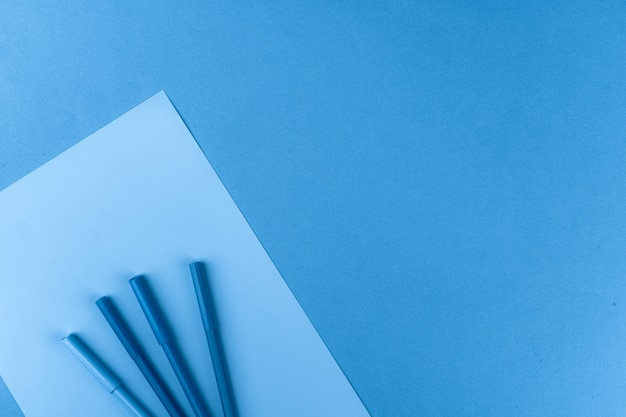 Klassieke blauw gekleurde bovenaanzicht foto van verspreide briefpapier