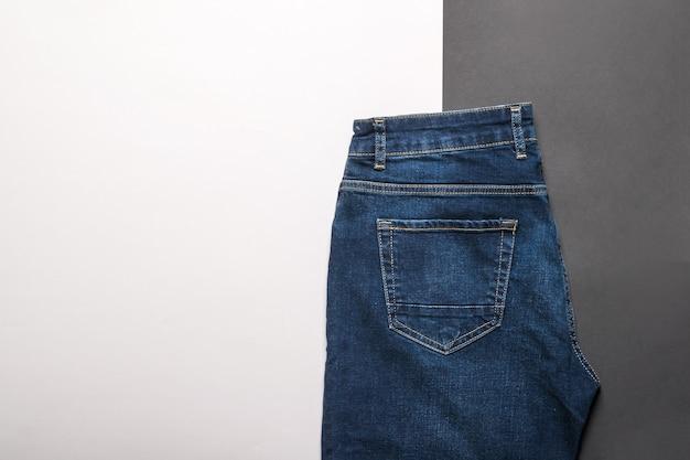 Klassieke blauwe spijkerbroek op een zwart-wit oppervlak. jeans en denimkleding.